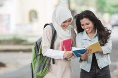 Uno studente di due asiatici che cammina sulla città universitaria Fotografia Stock Libera da Diritti