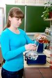 Uno studente esegue un esperimento nel laboratorio di chimica Fotografia Stock