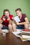 Uno studio del fratello, mentre altri video giochi dei giochi fotografia stock libera da diritti