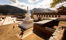 Uno Stupa bianco è l'marchio di garanzia di questo monastero buddista a distanza fotografia stock libera da diritti