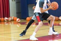 Uno su una pallacanestro al campo fotografia stock libera da diritti