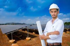 Uno sviluppatore e un ingegnere hanno visitato il complesso industriale di energia di PV immagini stock libere da diritti
