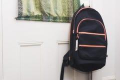 Uno zaino che appende su una porta Ready per andare indietro al banco Fotografie Stock
