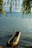Uno ZhuCaoChuan nel lago Lugu Immagini Stock
