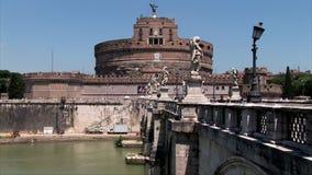 Uno zoom dal castello Sant Angelo e dal ponte stock footage