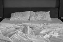 Unordentliche Bettlaken und Kissen lizenzfreies stockbild