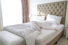 Unordentliche Bettwäscheblätter und -kissen Lizenzfreies Stockbild
