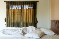 Unordentliche Bettwäscheblätter und -kissen Lizenzfreie Stockbilder