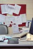 Unordentliche Bürotabelle Stockfotos