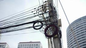 Unordentliche Drähte befestigt zum elektrischen Pfosten, zum Chaos von Kabeln und zu den Drähten auf einem elektrischen Pfosten T stock footage