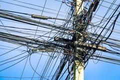 Unordentliche elektrische und Optiklwl - kabel in Thailand Stockfotografie