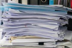 Unordentliche Geschäftsunterlagenstapel auf Schreibtisch lizenzfreies stockbild