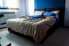 Unordentliche Schlafzimmerblätter Stockfotos