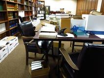Unordentliche Tabelle in der Bibliothek Lizenzfreie Stockbilder