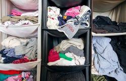Unordentliche unordentliche Garderobe mit Kleidung Stockfotografie