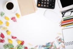 Unordentlicher Büro-Schreibtisch Stockfoto