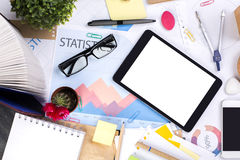 Unordentlicher Bürodesktop mit Technologie Stockbild