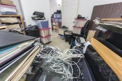 Unordentlicher Back Office-Schreibtisch mit Dateien und Unordnung stockbild