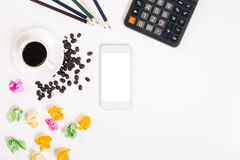 Unordentlicher Desktop mit Kaffeebohnen Stockfotografie