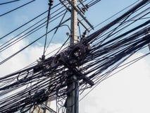 Unordentlicher Draht auf Strombeitrag Stockbilder