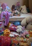 Unordentlicher Raum und unglückliches Mädchen Lizenzfreie Stockbilder