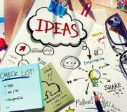 Unordentlicher Schreibtisch mit Anmerkungen über Ideen lizenzfreies stockfoto