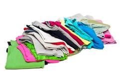 Unordentlicher Stapel von Frauenkleidung Stockfotografie