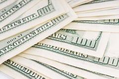 Unordentlicher Teppich von 100 US$-Dollarscheinen Stockbild