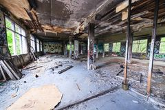 Unordentlicher verlassener Fabrikraum Stockbild
