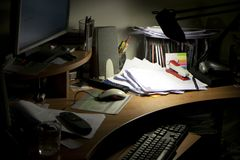 Unordentlicher Werktisch Lizenzfreie Stockfotos