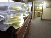 Unordentliches Büro mit Dokumenten stockfotos