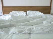Unordentliches Bett nicht sauber Lizenzfreie Stockfotos