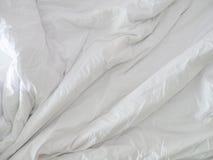 Unordentliches Bett nicht sauber Stockfotos