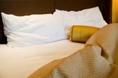 Unordentliches luxuriöses Bett Stockbild