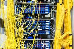 Unordentliches Netzkabel des Telekommunikationsraumes lizenzfreies stockfoto