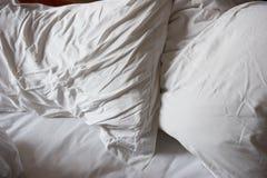 Unordentliches ungemachtes Bett Stockbild