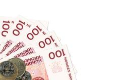 Unos 100 billetes de banco y monedas noruegos de la corona imagen de archivo