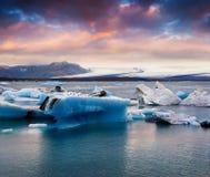 Unosić się błękitne góry lodowa w Jokulsarlon gleczeru lagunie Zdjęcie Stock