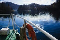 Unosić się w dół jezioro w Plitvice jezior parku narodowym Zdjęcie Stock