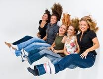 unosi się 5 szczęśliwych kobiet Fotografia Stock