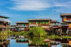 Unosi? si? domu Inle shanu Jeziornego stan Myanmar obraz stock