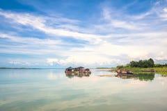 Unoszący się domy na Tri jezioro zdjęcie royalty free