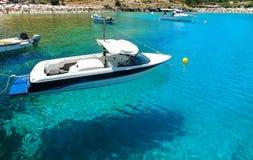 Unoszący się w wodnej łodzi na tła kąpać się ludzi w zatoce Lindos i plaży, Rhodes Grecja Zdjęcia Stock
