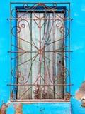 Unpainted древесина покрывает окно за заржаветым грилем металла на cracke Стоковые Изображения RF