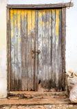 Unpainted растрепанная как только-желтая дверь на белой стене Стоковые Фото