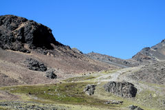 Unparved droga w Andes, Cordillera real, Boliwia Zdjęcia Stock