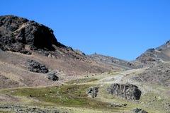 Unparved väg i Anderna, verkliga Cordillera, Bolivia Arkivfoton