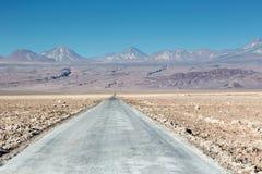 Unpaved salt väg i mitt av den torra Atacama öknen, i nordliga Chile Arkivfoto
