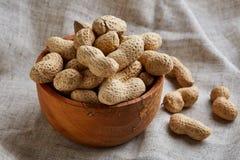 Unpeeled arachidy w ceramicznym pucharu zbliżeniu, selekcyjna ostrość zdjęcie royalty free