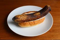 Unpeeled banaan in een broodje met mayonaise Royalty-vrije Stock Foto